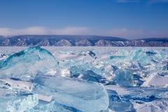 Beau paysage sur le lac Baïkal congelé avec des monticules Photos libres de droits