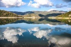 Beau paysage sur le zaovine de lac Photos libres de droits