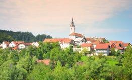 Beau paysage traditionnel Slovénie de village de montagne photo stock