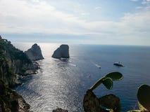 Beau paysage turc de mer avec des abbys et des récifs Image stock