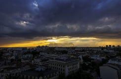 Beau paysage urbain avec les nuages dramatiques Images stock