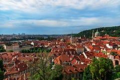 Beau paysage urbain de Prague avec la cathédrale de Saint-Nicolas Photos libres de droits