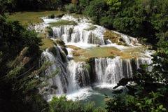 Beau paysage vert avec des cascades Photo libre de droits