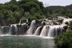 Beau paysage vert avec des cascades Photos libres de droits
