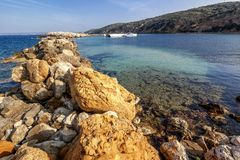 Beau paysage vibrant, baie de Limnionas sur l'île de Kos, photo libre de droits