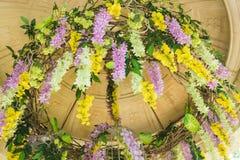 Beau pendre de fleurs en plastique du toit Photographie stock