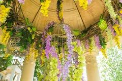 Beau pendre de fleurs en plastique du toit Image stock