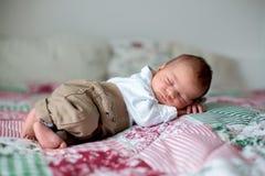 Beau petit bébé garçon nouveau-né, habillé en tant que petits messieurs, Image libre de droits