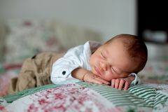Beau petit bébé garçon nouveau-né, habillé en tant que petits messieurs, Photographie stock