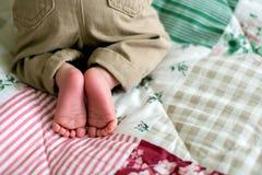 Beau petit bébé garçon nouveau-né, habillé en tant que petits messieurs, Photos libres de droits