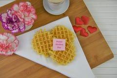 Beau petit déjeuner de jour de mères des gaufres et des fleurs chaudes Photographie stock libre de droits