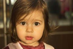 Beau petit enfant triste regardant avec espoir Photographie stock