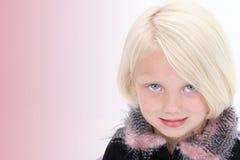 Beau petit femme d'affaires dans le procès noir avec les clavettes roses Images stock