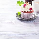 Beau petit gâteau rouge de velours Photographie stock libre de droits