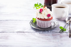 Beau petit gâteau rouge de velours Photo libre de droits