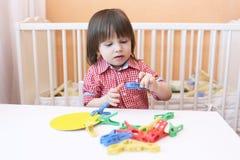 Beau petit garçon (2 5 ans) de jeux avec des pinces à linge Photographie stock