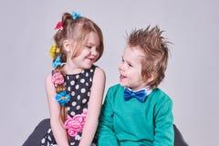 Beau petit garçon et fille heureusement souriant et regardant l'un l'autre photos libres de droits