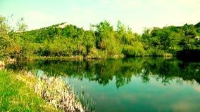 Beau petit lac dans les montagnes banque de vidéos