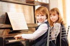 Beau petit piano gai de jeu de filles ensemble Photographie stock