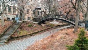 Beau petit pont au-dessus de la rue étroite au centre de la ville photographie stock