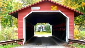 Beau petit pont couvert rouge dans New Hampshire pendant l'automne photos stock