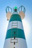Beau phare avec le soleil lumineux sur le dessus sur le ciel Photo stock