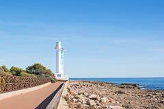 Beau phare moderne blanc sur le bord de mer Photographie stock