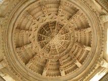 Beau plafond de stuc de temple de jaïnisme image stock