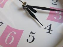 Beau plan rapproché d'horloge murale Photos libres de droits