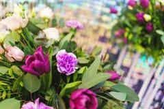 Beau plan rapproché de fête de bouquet Bouquet lumineux de différentes fleurs comme cadeau images libres de droits