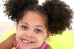 Beau plan rapproché de jeune fille jouant en sable Photographie stock