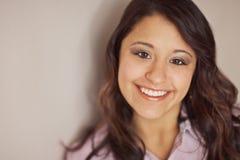 Jeune femme ethnique multi de sourire Photographie stock libre de droits