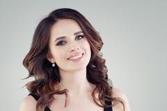 Beau plan rapproché femelle de visage Verticale de sourire de jeune femme photo libre de droits