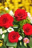 Beau plan rapproch? de f?te de bouquet Bouquet lumineux avec les roses rouges comme cadeau photographie stock