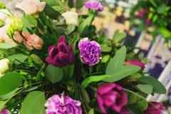 Beau plan rapproch? de f?te de bouquet Bouquet lumineux de diff?rentes fleurs comme cadeau photos stock