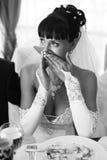 Beau pleurer de jeune mariée photo stock
