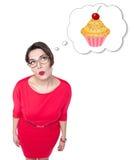Beau plus la femme de taille rêvant du gâteau Image stock