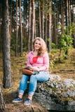Beau plus la jeune femme de sourire de taille s'asseyant dessus image stock