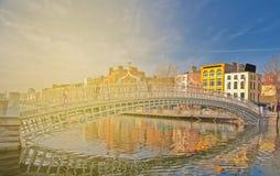 Beau point de repère irlandais dans la ville de Dublin pont célèbre de ha-penny Image libre de droits