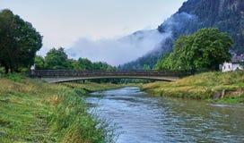 Beau pont de pied au-dessus de la rivi?re d'Ammer en Bavi?re images libres de droits