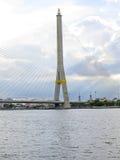 Beau pont de Rama VIII de paysage stupéfiant à Bangkok Photographie stock libre de droits