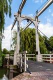 Beau pont en bois au-dessus de canal aux Pays-Bas Photos stock