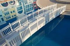 beau pont en bois blanc au-dessus de l'eau images stock