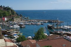Beau port, bateaux de navigation, Fisher Boats et les murs de ville dans Antalyas Oldtown Kaleici, Turquie Photographie stock libre de droits