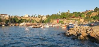 Beau port d'Antalya avec les bateaux de navigation, le Fisher Boats et les murs de ville Image libre de droits
