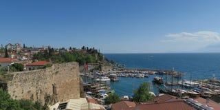 Beau port d'Antalyas, bateaux de navigation, Fisher Boats et l'Oldtown Kaleici, Turquie Photos stock