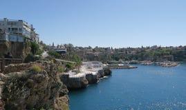 Beau port d'Antalyas, bateaux de navigation, Fisher Boats et l'Oldtown Kaleici, Turquie Photographie stock