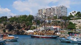 Beau port d'Antalyas, bateaux de navigation, Fisher Boats et l'Oldtown Kaleici, Turquie Images libres de droits