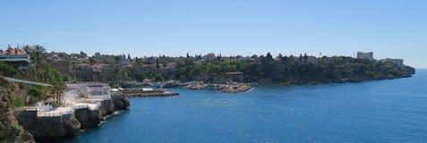 Beau port d'Antalyas, bateaux de navigation, Fisher Boats et l'Oldtown Kaleici, Turquie Image libre de droits