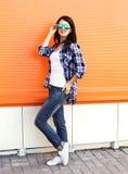 Beau port de femme lunettes de soleil et chemise au-dessus de coloré Photos libres de droits